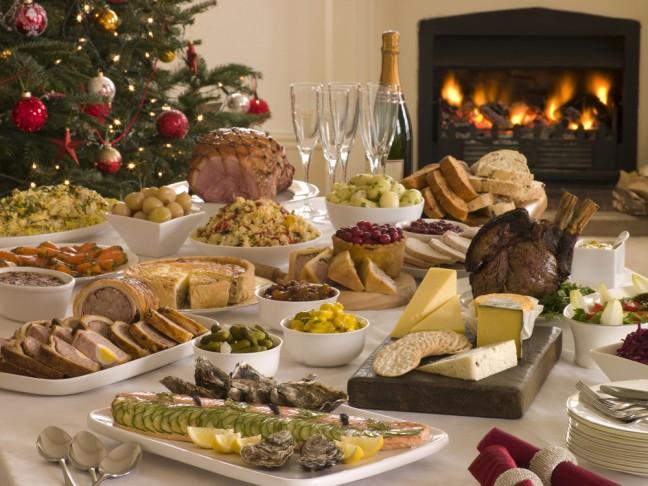 en la mesa nos juntamos padres hijos abuelos nietos primos hermanos sobrinos tosu para celebrar la nochebuena
